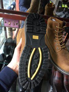 Kiến thức vệ sinh giày da lộn ngoại cỡ mà bạn nên nắm rõ 2 - Giày Bền