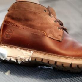 Làm sạch giày da big size